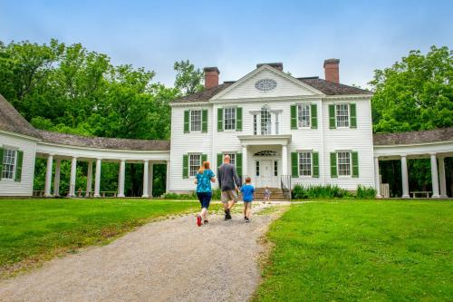 A family staying at Wingate by Wyndham Vienna/Parkersburg