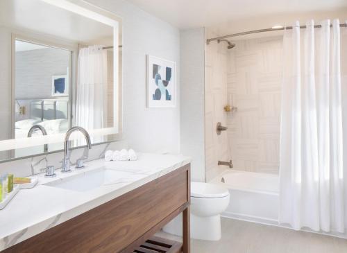 A bathroom at Hilton Santa Monica