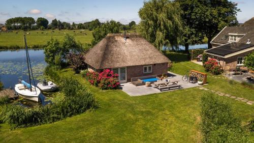 Een luchtfoto van Groeten uit Hoogmade - rural cottage