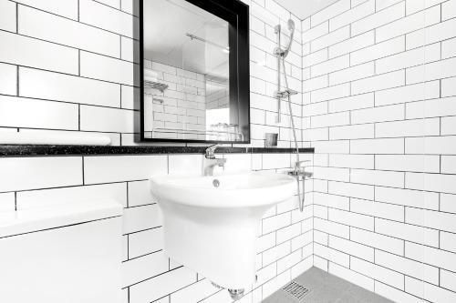 A bathroom at Heyy Seogwipo Hotel