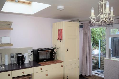 A kitchen or kitchenette at Cosy self-contained studio flat in Bristol
