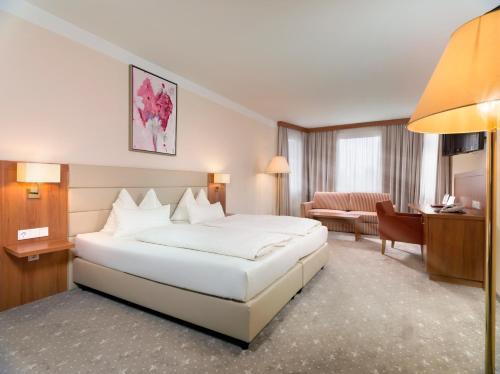 Кровать или кровати в номере Vergeiner's Hotel Traube