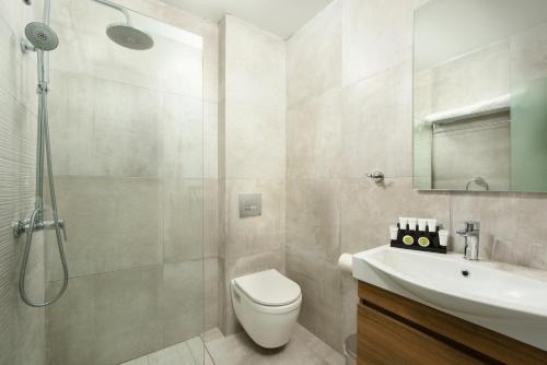 A bathroom at The Royal Grand Hotel