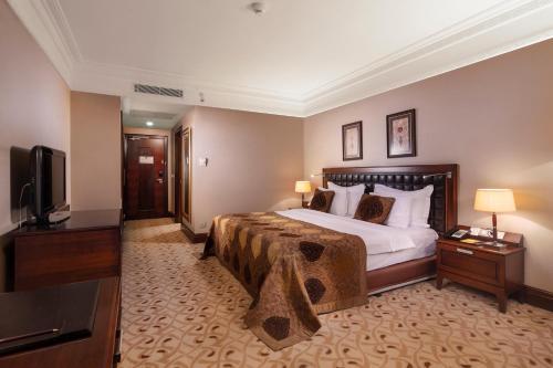 سرير أو أسرّة في غرفة في كراون بلازا إسطنبول آسيا