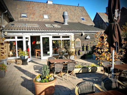 A restaurant or other place to eat at Herberg Oud Holset