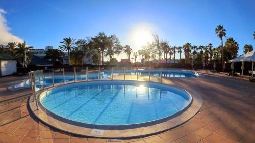 Het zwembad bij of vlak bij Palmeras Garden