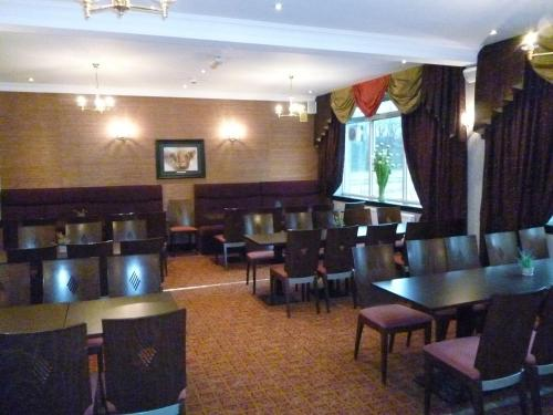 A restaurant or other place to eat at West Park Hotel
