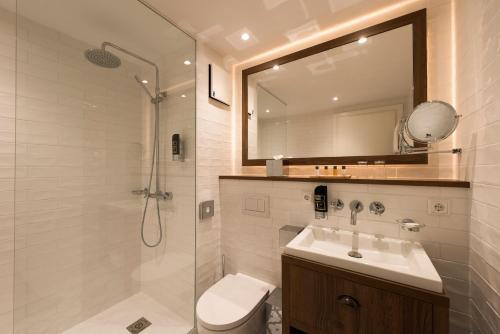 A bathroom at Loev Hotel Rügen