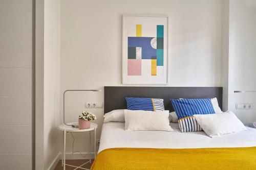 A bed or beds in a room at Lugaris Rambla