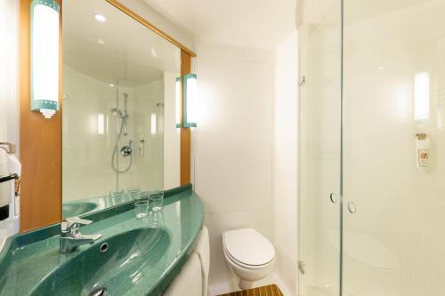 Ein Badezimmer in der Unterkunft ibis Hotel Hannover City