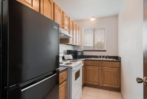 A kitchen or kitchenette at Econo Lodge Inn & Suites Hoquiam