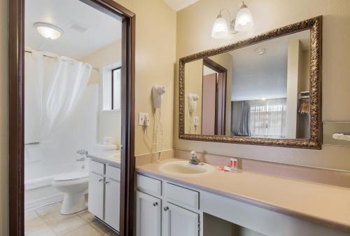 A bathroom at Econo Lodge Inn & Suites Hoquiam