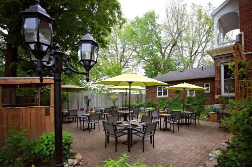 A restaurant or other place to eat at The Woodview Inn