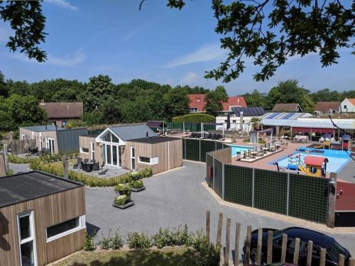 Uitzicht op het zwembad bij Camping de Brem of in de buurt