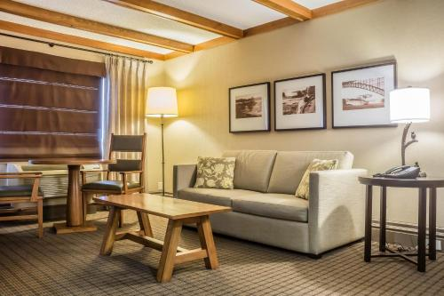 A seating area at Comfort Inn The Pointe