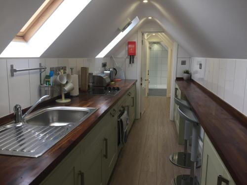 A kitchen or kitchenette at Harpenden House Apartment 5 quality studio