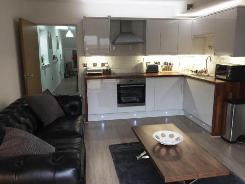 A kitchen or kitchenette at Harpenden House Apartment 6