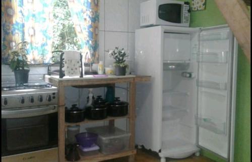 A cozinha ou cozinha compacta de Chale Das Flores