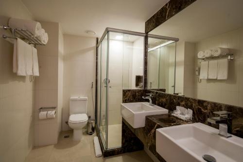 A bathroom at Américas Copacabana Hotel