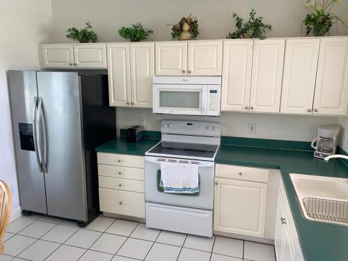 A kitchen or kitchenette at Family Home 10mi From Disney w/POOL