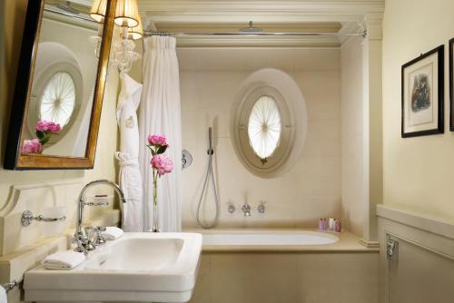 A bathroom at Villa Cora