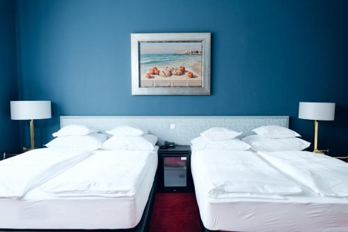 A bed or beds in a room at Hotel Bamberger Hof Bellevue