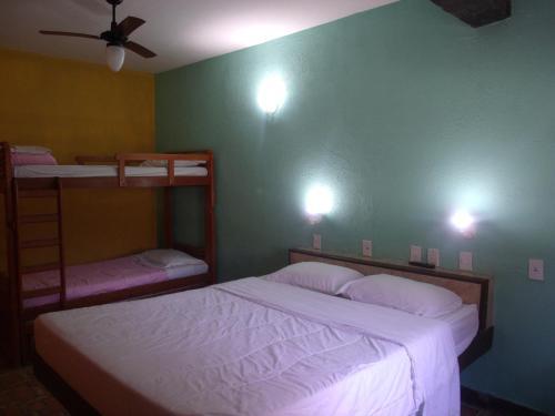 Uma ou mais camas em beliche em um quarto em Pousada Flamingo