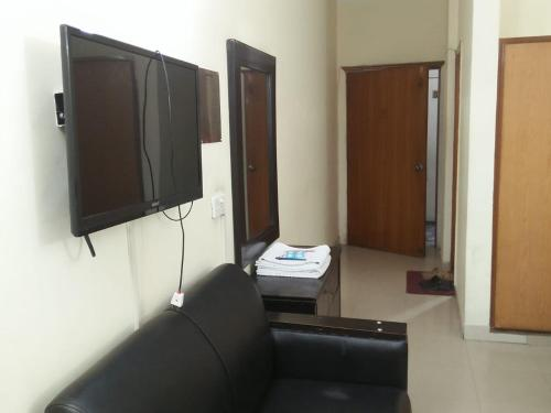 A television and/or entertainment centre at Tourist Inn Hotel
