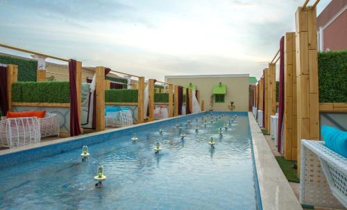 A piscina localizada em Rollins Hotel ou nos arredores