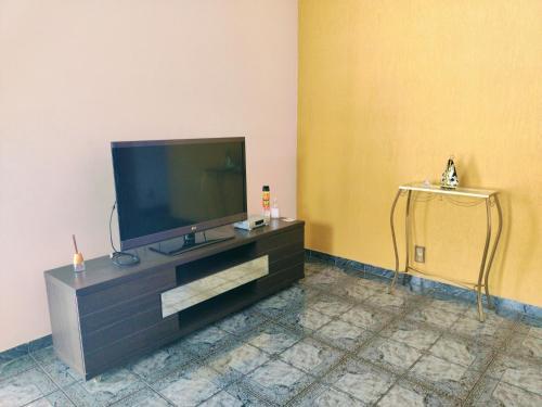 A television and/or entertainment center at Casa confortável em Guaratinguetá