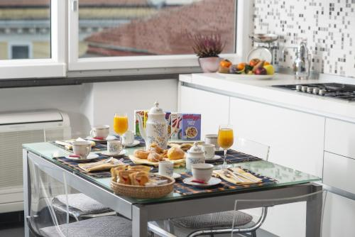 Breakfast options available to guests at Albamares b&b