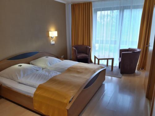 Łóżko lub łóżka w pokoju w obiekcie Kurpark-Residenz Deidesheim