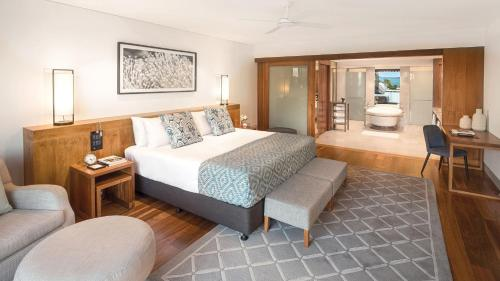 A bed or beds in a room at InterContinental Hayman Island Resort, an IHG Hotel