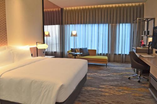 سرير أو أسرّة في غرفة في EQ Kuala Lumpur