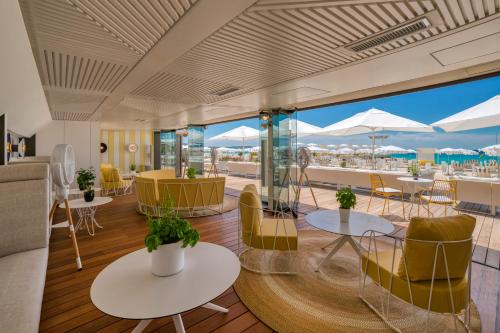 A restaurant or other place to eat at InterContinental Carlton Cannes, an IHG Hotel