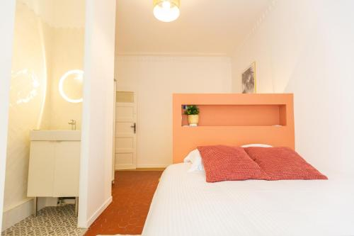A bed or beds in a room at APPARTEMENT T4 D'EXCEPTION GARE ST CHARLES/VIEUX PORT