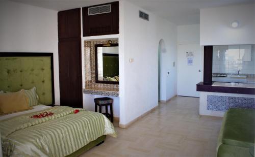 سرير أو أسرّة في غرفة في Residence Ain Meriem