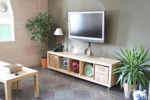 Una televisión o centro de entretenimiento en Hotel MR