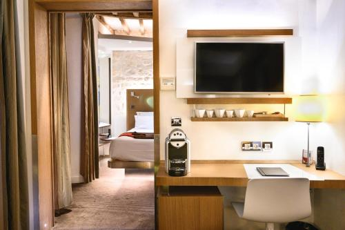 Een TV en/of entertainmentcenter bij Select Hotel