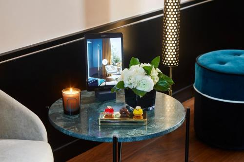 A television and/or entertainment center at Le Roch Hotel & Spa