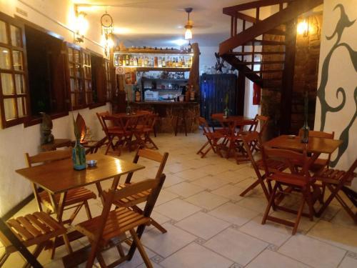 Um restaurante ou outro lugar para comer em Pousada lounge bar Luar De Prata