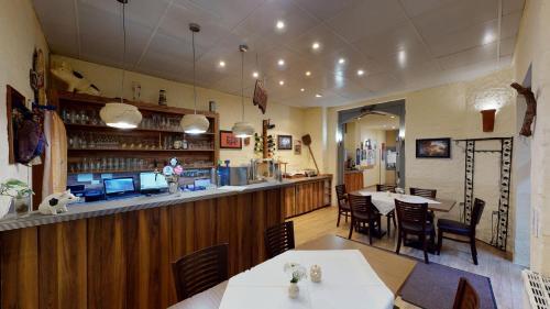 Een restaurant of ander eetgelegenheid bij Gasthof & Fleischerei Endler