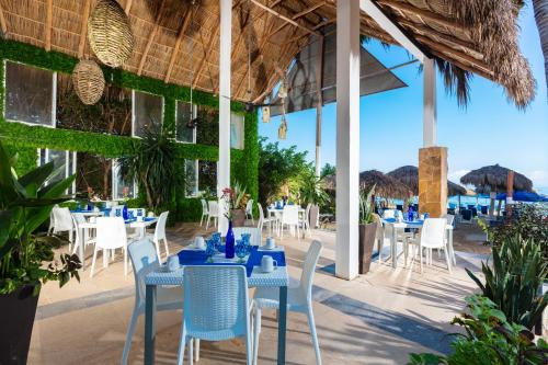 A restaurant or other place to eat at Blue Chairs Resort by the Sea