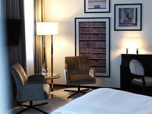 A seating area at Steigenberger Hotel Herrenhof