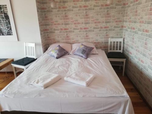 A bed or beds in a room at Apartamenty Kopernika