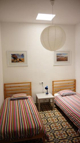 A bed or beds in a room at Sol y Mar Surf Camp