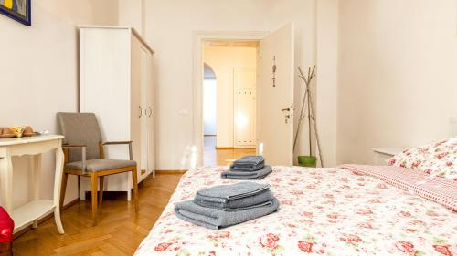 A bed or beds in a room at Villa Anita Rooms