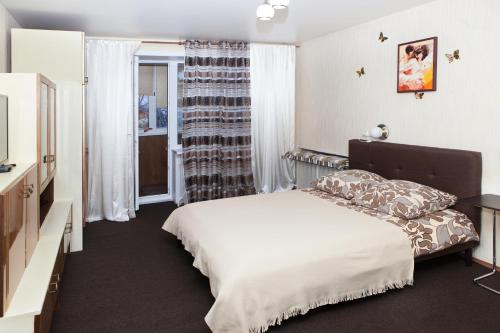 A bed or beds in a room at Cozy apartment in the center of Minsk