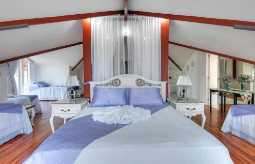 A bed or beds in a room at Pousada Perfume de Canela