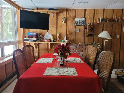 A restaurant or other place to eat at Bowering Lodge